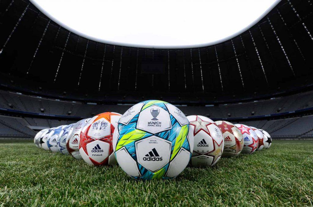 Мячи на футбольном поле.