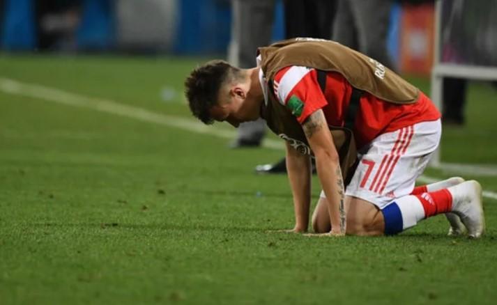 футболист упал на колени
