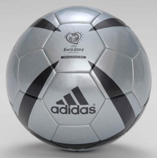 Мяч Чемпионата мира 2004 года на чемпионате Европы