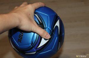 держит мяч