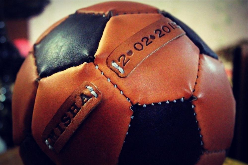 Мяч футбольный из натуральной кожи.