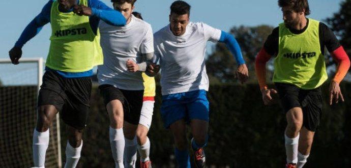 футболисты бегут