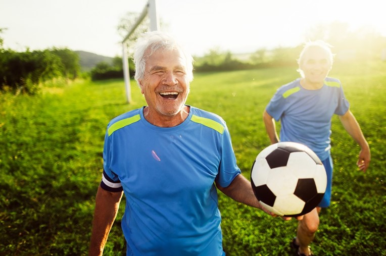 пенсионер играет в футбол