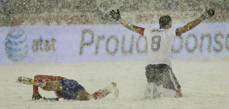 снег на футболе