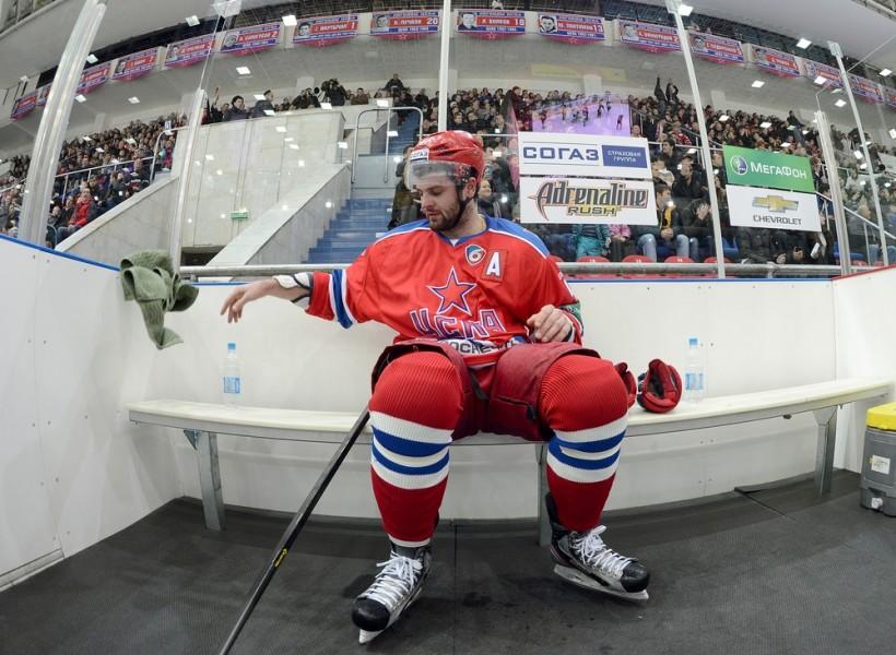 Хоккеист на скамейке штрафников.