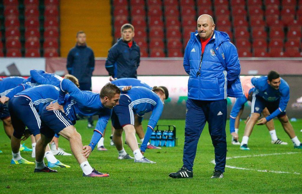 Футбольный тренер на поле.