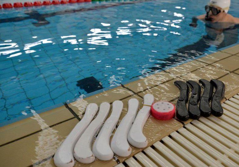 Клюшки и шайба для игры в подводный хоккей.