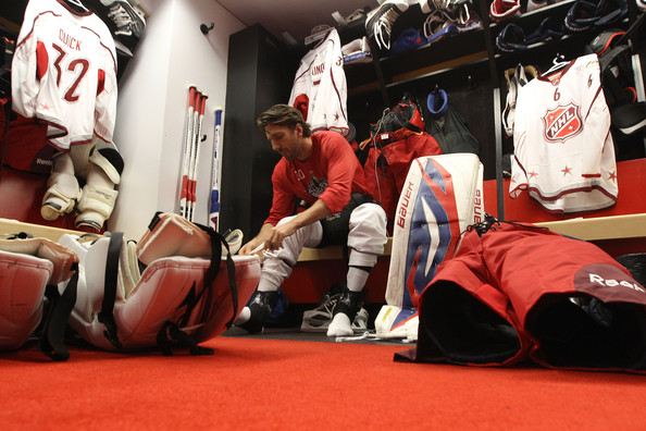 Зачем хоккеисты обматывают ноги скотчем
