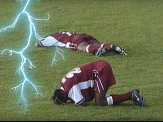 11 футболистов умерли на поле от удара молнии