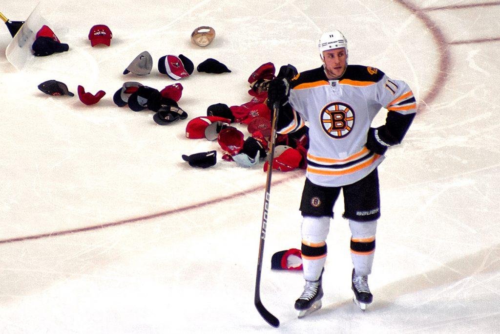 Хет-трик в хоккее — шляпы на льду.