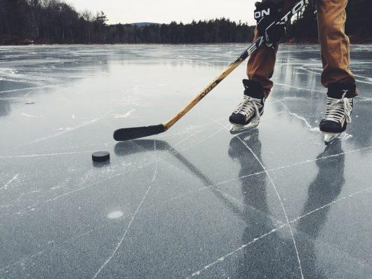 Зачем хоккеисты стучат клюшкой по льду