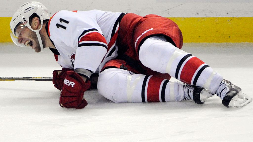 Травма колена в хоккее.