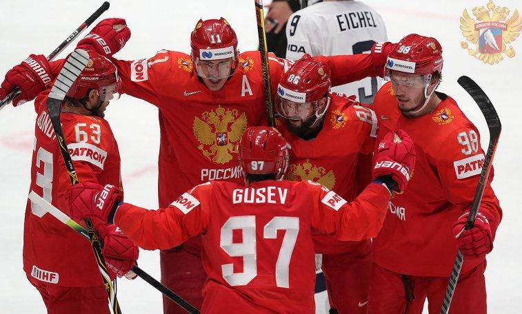 хоккеисты обнимаются