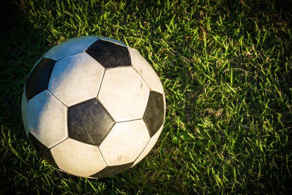 Почему футбольный мяч чёрно-белый