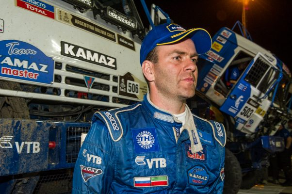 Как падение зрителя под колёса КАМАЗа обернулось исключением российского экипажа с гонок «Дакар»