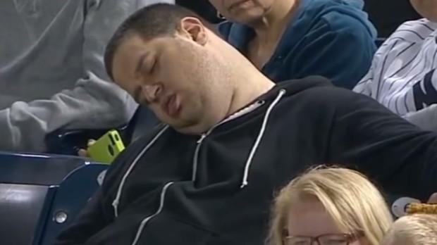 Заснувший болельщик.