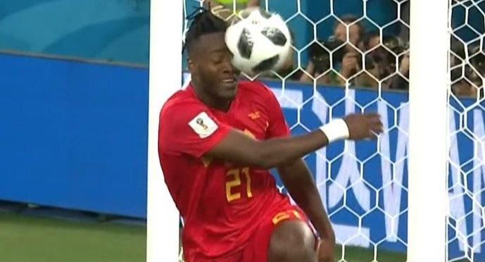 Кому из футболистов прилетело в нос мячом