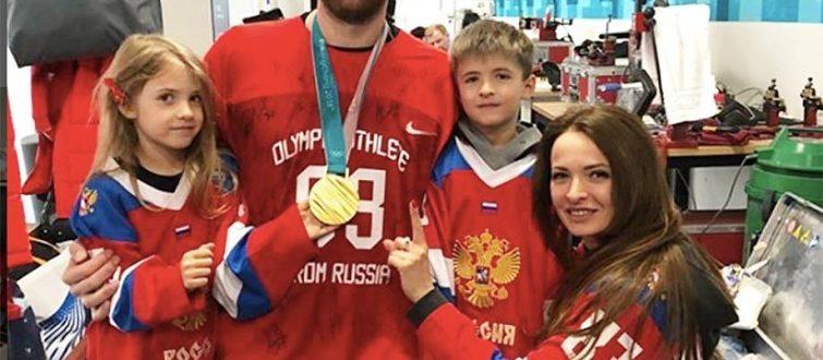 Эти хоккеисты достигают больших успехов не только на льду, но и в семейной жизни. Их не пугает статус «многодетные», ведь «в хоккей играют настоящие мужчины». Они счастливые мужья и отцы. Сергей Мозякин Олимпийский чемпион, двукратный чемпион мира, двукратный обладатель Кубка Гагарина. Примерный семьянин, любящий муж и отец пятерых детей. По-моему, идеальный мужчина, мечта каждой девушки, не в плане внешности и финансовых возможностей, а в постоянстве и верности. С супругой Юлией Сергей познакомился ещё в юности и количество детей говорит об их крепком неразрушимом союзе. У пары есть сын Андрей, который пошёл по стопам отца, и четыре дочери: Дарья, Мария, Яна и Елена. Илья Ковальчук Один из самых титулованных российских спортсменов, двукратный чемпион мира, двукратный серебряный и трёхкратный бронзовый призёр первенства мира, Олимпийский чемпион и бронзовый призёр Игр в Пхёнчхане и Солт-Лейк-Сити. Да что уж говорить, просто невероятно красивый мужчина. Однажды Илья случайно увидел выступление группы «Мираж», где разглядел в одной из солисток свою будущую жену. Красавица Николь Амбразайтис покорила сердце талантливого хоккеиста. Через несколько лет отношений, их любовь дала свои плоды – на свет появилась дочь Каролина. Законными супругами Илья и Николь стали спустя два года, после рождения ребёнка. А в 2009 году у пары родился сын Филипп. Уже через год в семье появляется второй сын Артём. Рождение третьего ребёнка возводит Ковальчука в ранг многодетных отцов. «На десерт» Николь преподнесла любимому мужу дочь Еву, случилось это в 2015 году. Кто знает, может супруги на этом не остановятся, и в мире станет ещё больше Ковальчуков. Алексей Морозов Серебряный призёр Олимпийских игр 1998 года, двукратный чемпион мира, многократный чемпион России, заслуженный мастер спорта России. Историю любви Алексея и его супруги Ирины можно сравнить со сценарием романтического фильма. Их встреча произошла не сразу. Сначала молодой человек, сидя в машине, увидел мимо проходящую девушку, к