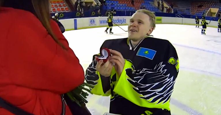 Осторожно, романтика! Кто из хоккеистов сделал предложение руки и сердца прямо на льду