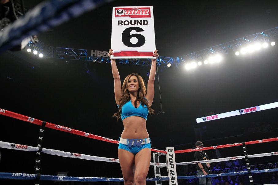 Девушка между раундами в боксе.