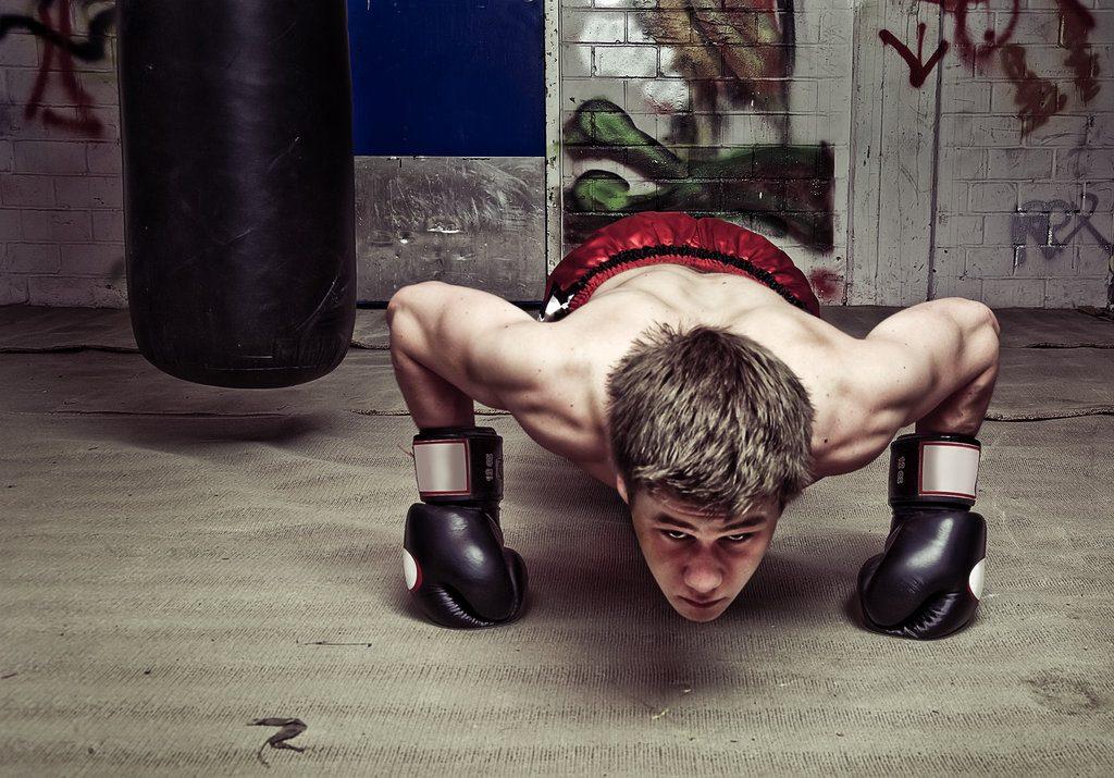 Отжимания на кулаках в боксе.