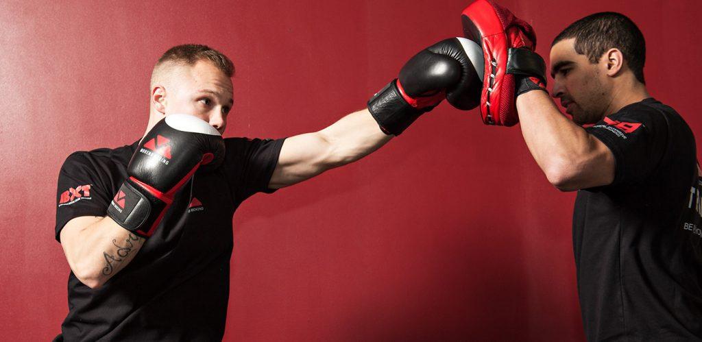 Тренировка в боксе с лапами.