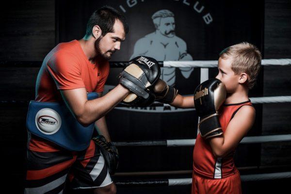 Знаете ли вы, что сила удара боксёра тяжеловеса может доходить до 1 тонны? Спортсмен средней весовой категории стабильно выдаёт удары по 200 и более килограмм... Представляете, какой ошеломительный «сюрприз» прилетит по голове неподготовленного человека, ввязавшегося в драку с профессиональным бойцом? Вот поэтому и возникают споры вокруг одной очень жаркой темы: почему боксёрам запрещено драться вне ринга.