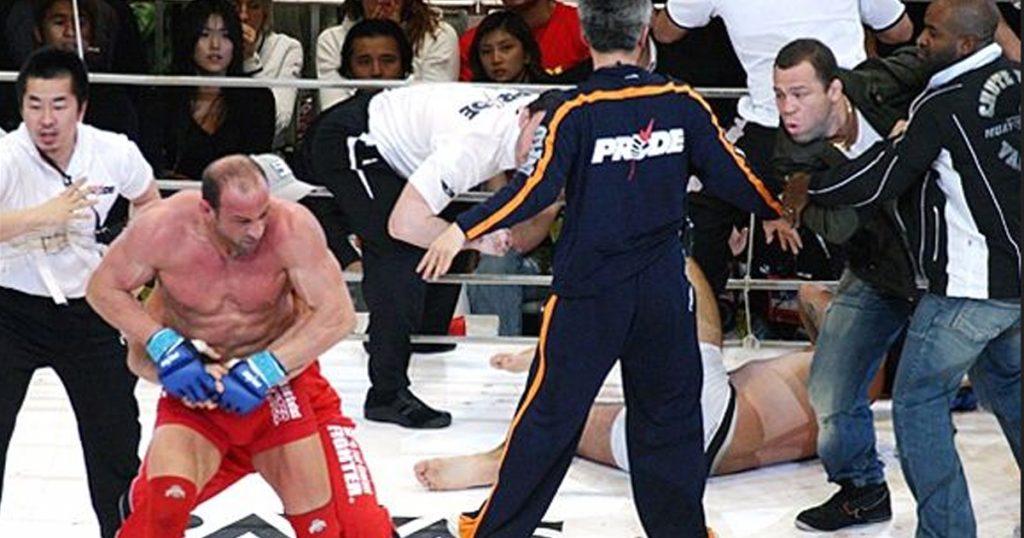 Рефери оттаскивает взбесившегося Марка Колмана, 26.02.2006 года