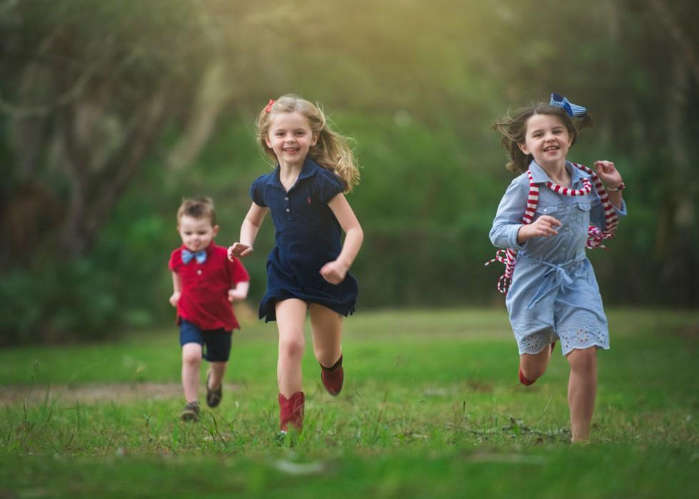 Дети тратят излишки энергии при беге