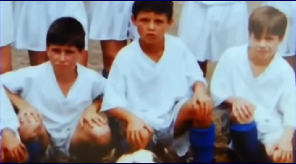 Криштиану Роналду (в центре) в составе детской команды по футболу