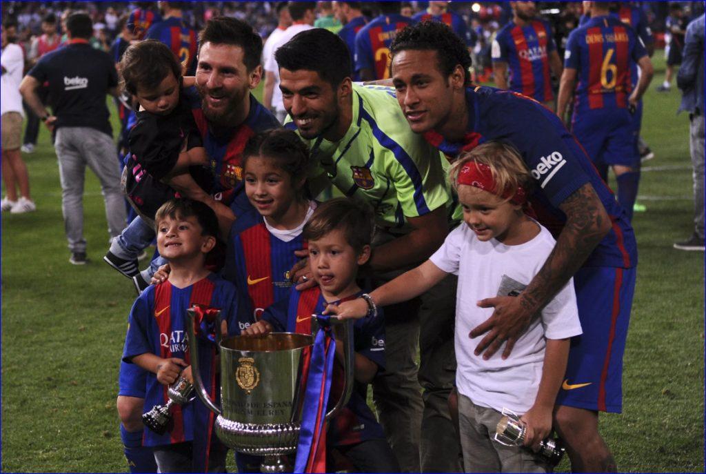 Лионель с детьми на фоне Кубка Чемпионов