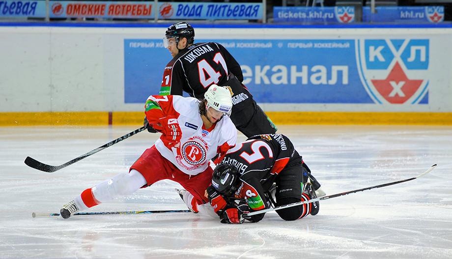 Веро атакует Бондарева в матче «Витязь» -«Авангард». 10.12.2010 года