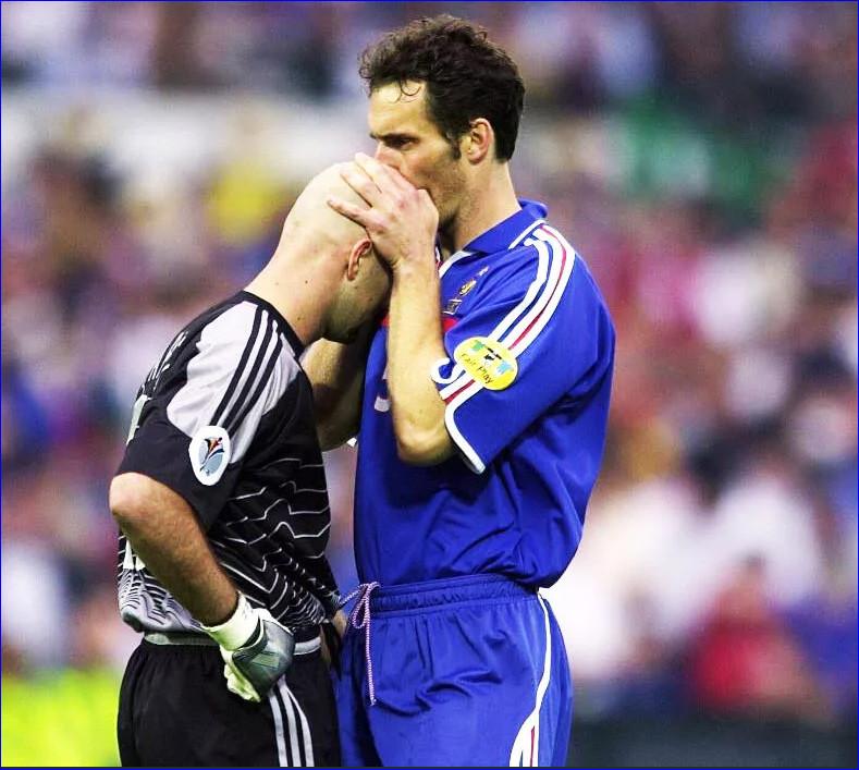 Футболисты поцеловались друг с другом. Незабываемые поцелуи в футболе
