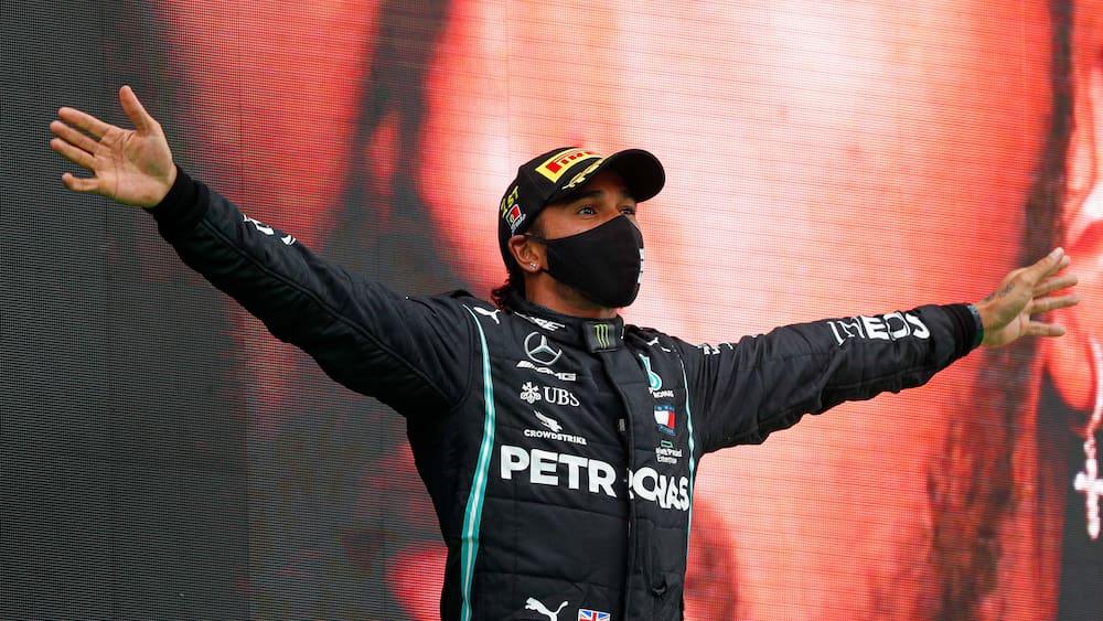 Льюис Хэмилтон празднует победу на ГП Португалии