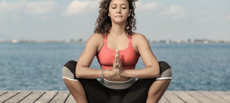 Какасана (поза ворона) - полезна тем, кто ведет сидячий образ жизни