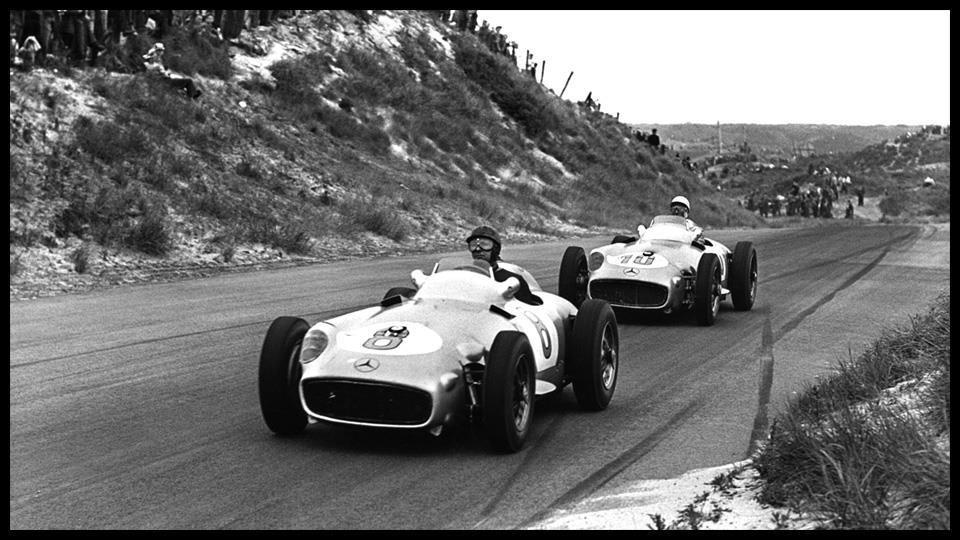 Хуан-Ммануэль Фанхио и Стирлинг Мосс управляют болидами команды «Mercedes-Benz», 1955-й год.