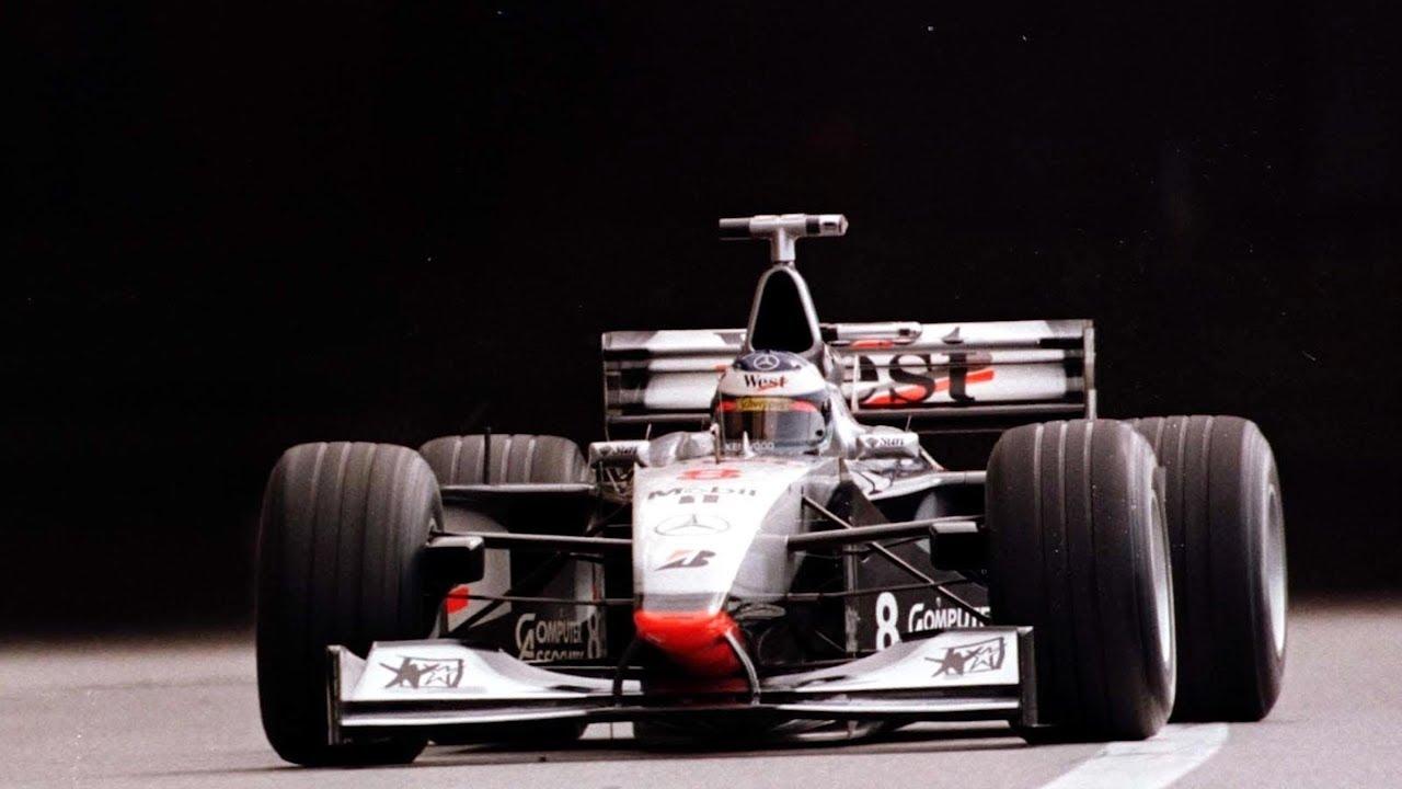 Мика Хаккинен управляет болидом McLaren MP4/13 Mercedes, 1998-й год.