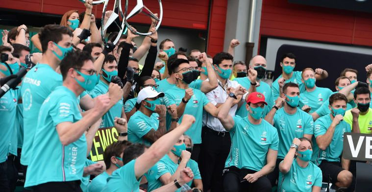 Команда «Mercedes» празднует победу в кубке конструкторов после ГП Эмилии-Романьи, 2020-й год
